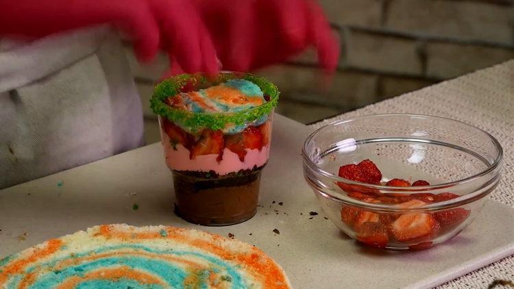 выложите цветной бисквит