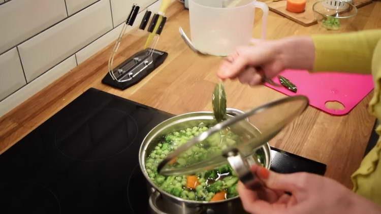 достаем лаврушку из супа