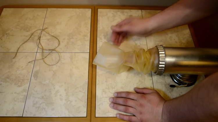смачиваем оболочку для колбас