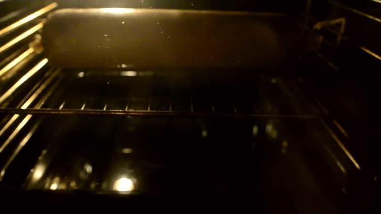 отправляем колбасу в духовку