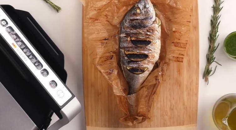 выкладываем рыбу на гриль