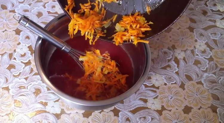 отпрааляем морковку в томатную пасту