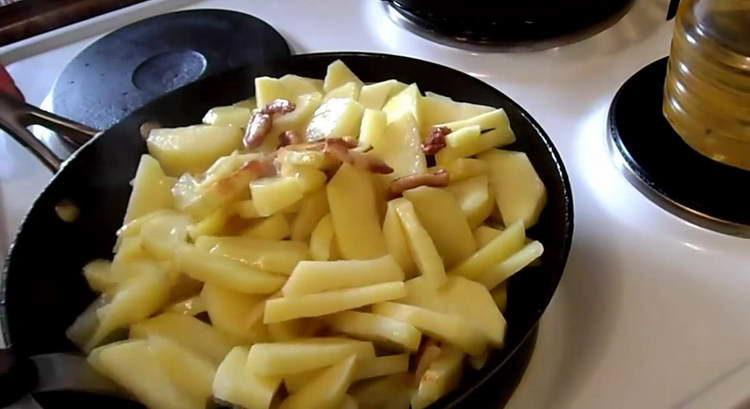 перемешиваем картошку