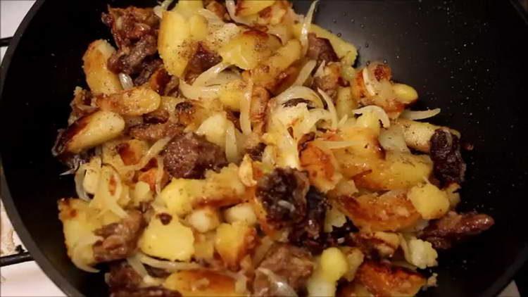 добавляем специи в картошку