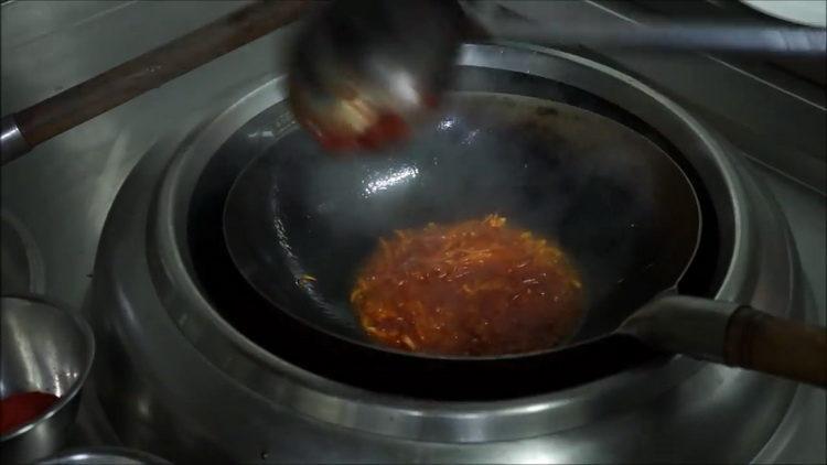 добавьте томатную пасту