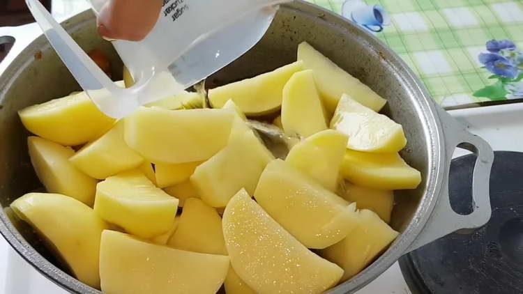вливаем в казан картошку