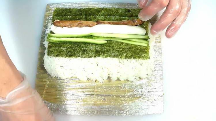 выкладываем сливочный сыр и огурец