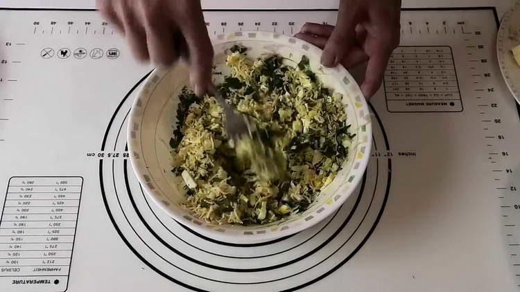 перемешиваем сырную смесь со специями