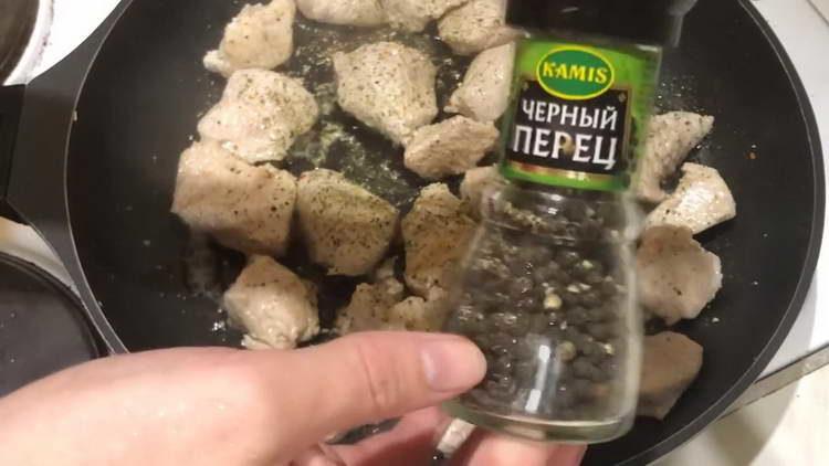 отправляем специи в сковородку