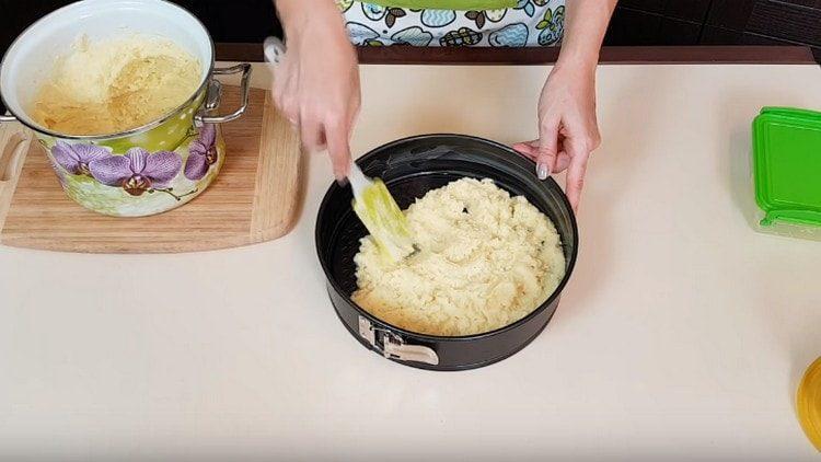 Половину картофеля выкладываем в смазанную маслом форму.