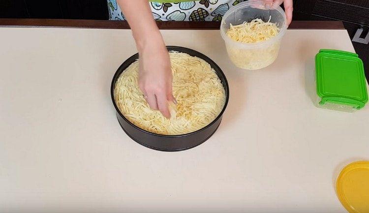 Посыпаем запеканку тертым сыром.