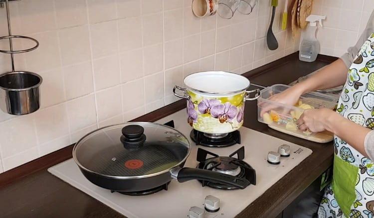Картофель чистим режем и отвариваем до готовности.