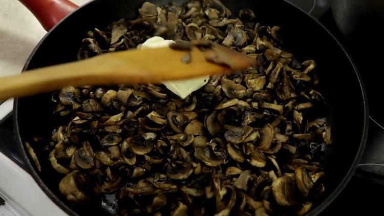 добавьте масло в грибы