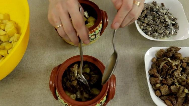 выложите ингредиенты в горшочек