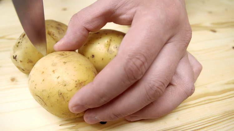 делаем надрез в картошке