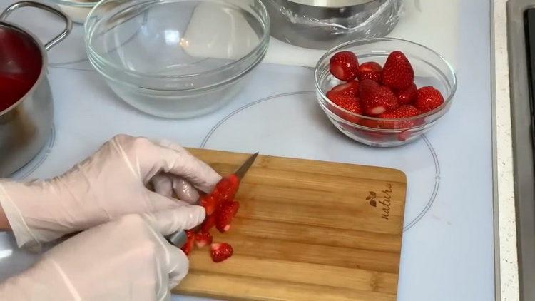 нарежьте ягоды