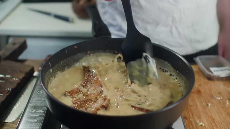 выкладываем корейку в соус