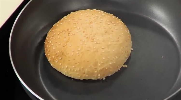 обжариваем булочки для бургера