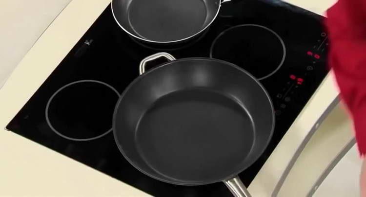 ставим на плиту сковородку