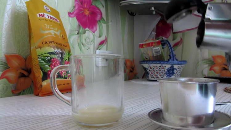 заливаем фильт с кофе водой
