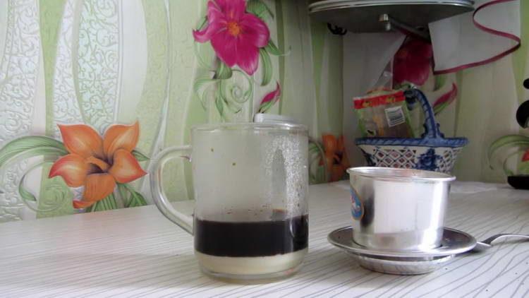 перемешиваем кофе со сгущенкой