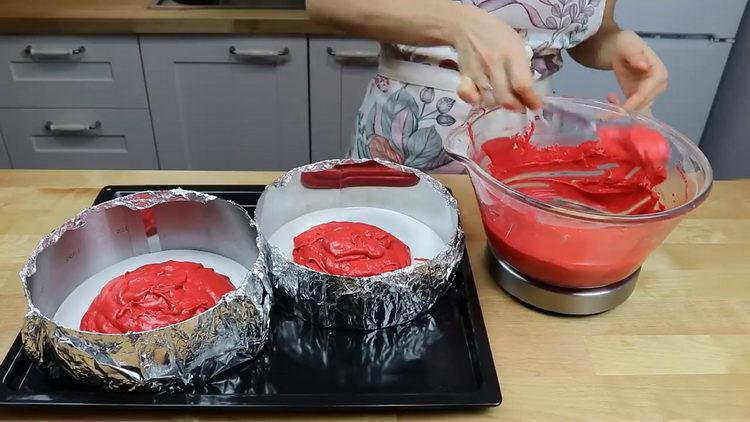 разложите тесто по формам