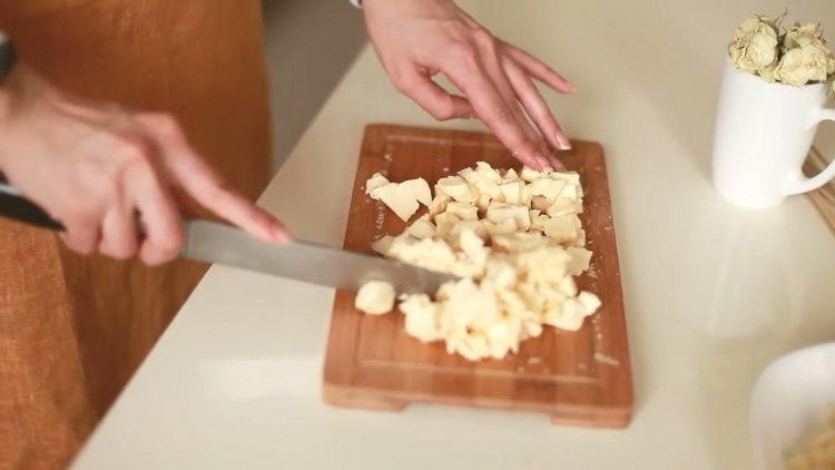 нарежьте плавленный сыр