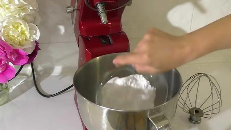 смешиваем сливки и сахарный песок