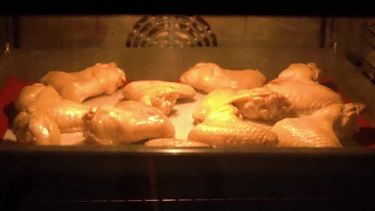 выкладываем крылышки в духовку