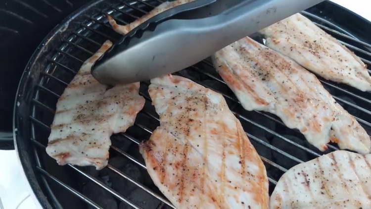 обжариваем курицу с двух сторон