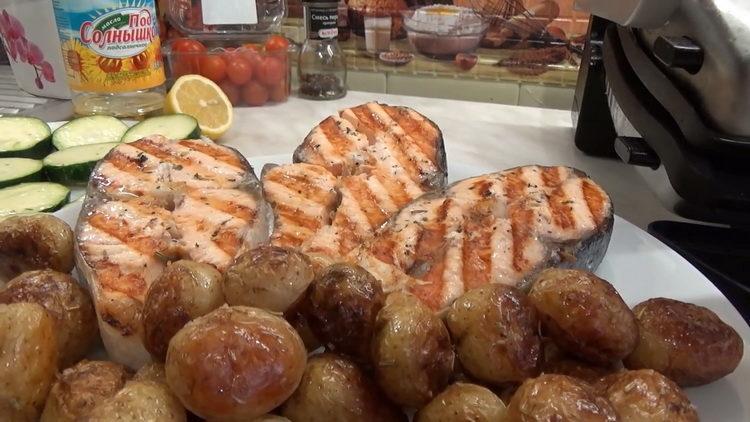 Ароматный и вкусный стейк лосося на гриле
