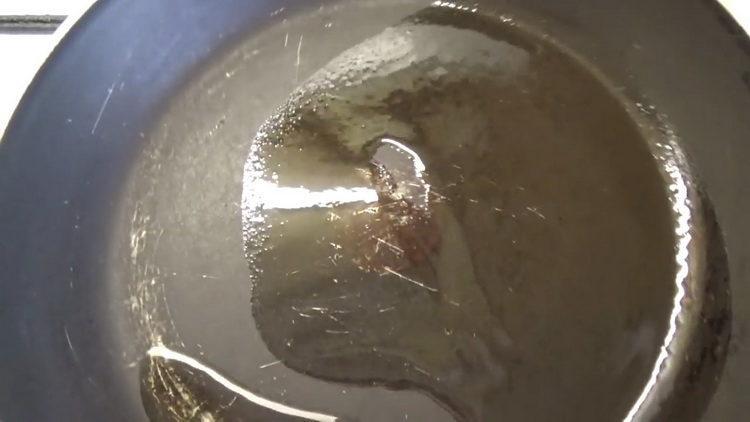 Разогрейте сковородку