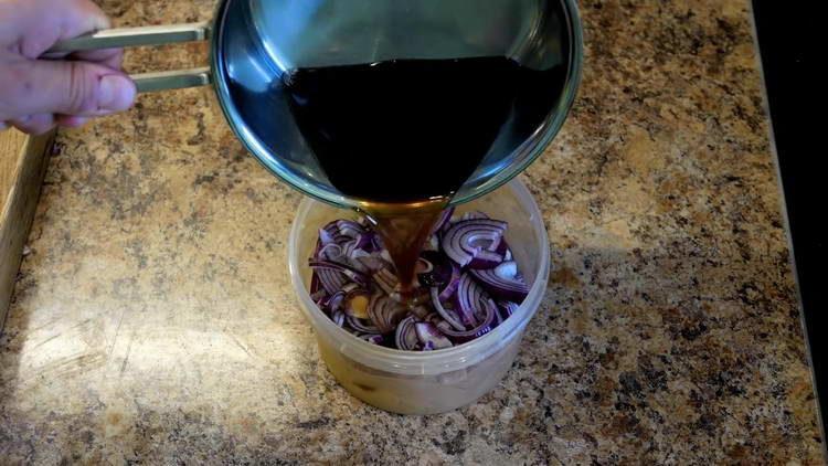 заливаем лук маринадом