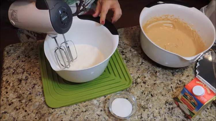 смешиваем сливки и сахар