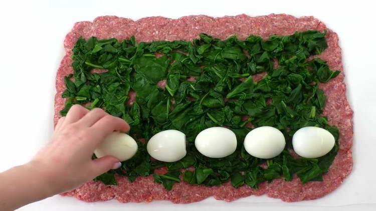 выкладываем вареные яйца