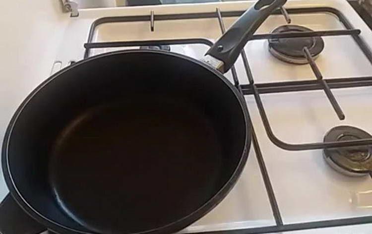ставим сковородку на огонь
