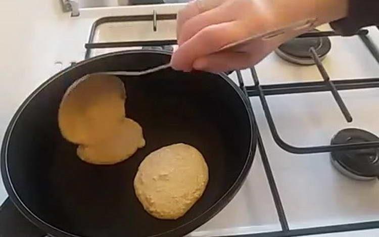 выкладываем лепешки на сковородку
