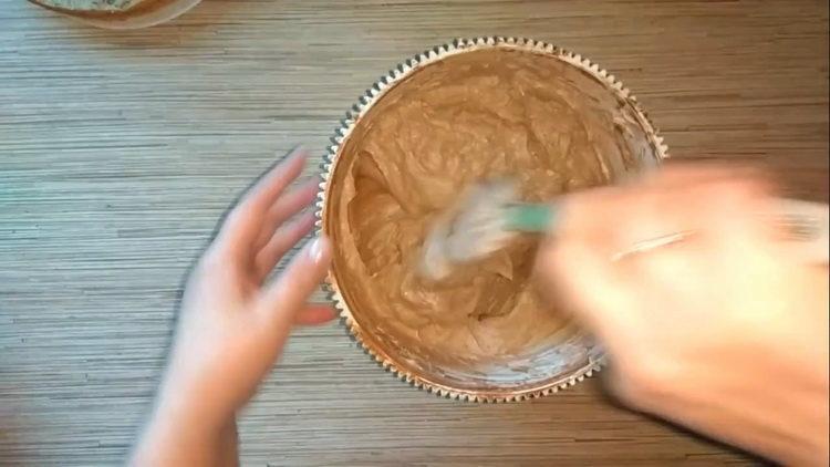 выложите крем на форму