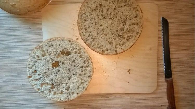 разрежьте бисквит на части