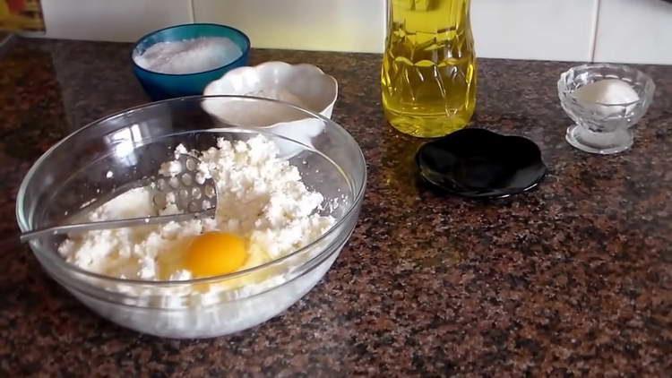 перемешиваем творог с яйцами