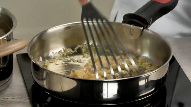 обжарьте лук