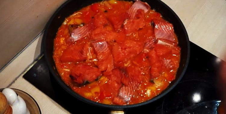 добавьте в соус рыбу