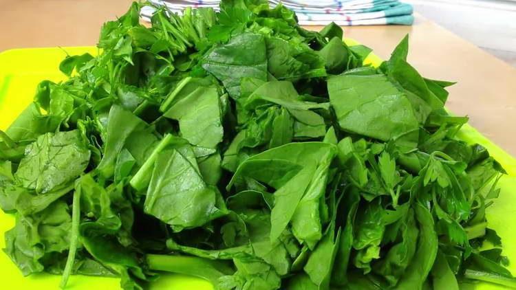 нарезаем шпинат и зелень