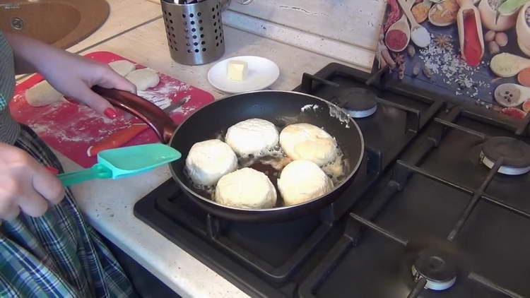 выкладываем на сковородку сырники