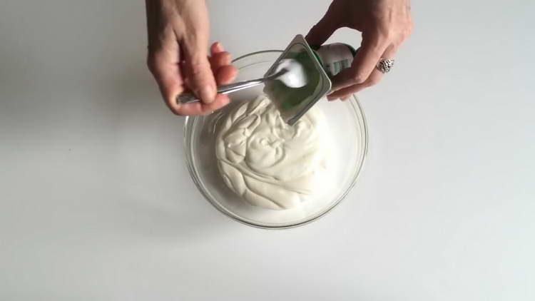 смешиваем сметану и йогурт