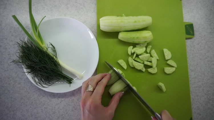 нарезаем огурцы дольками