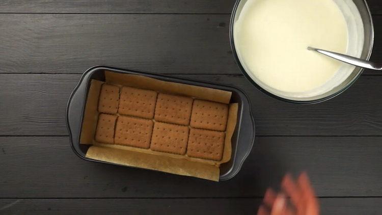 выложите печенье в форму