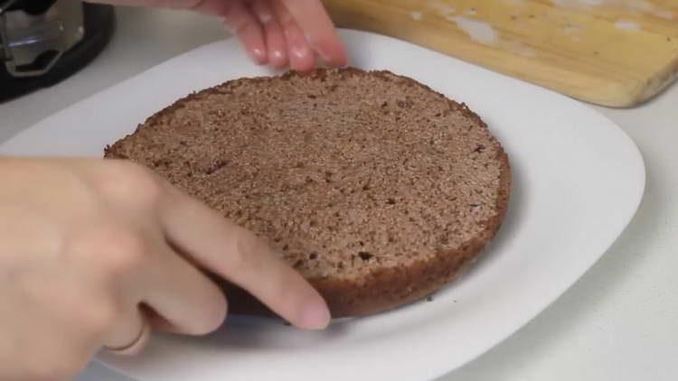выкладываем корж на тарелку