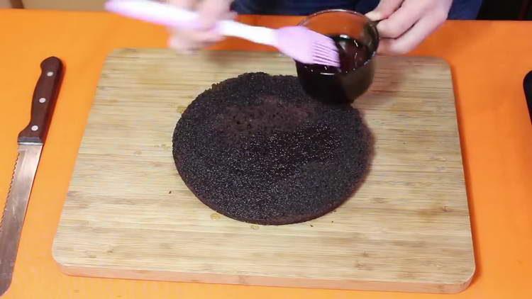 смазываем коржи сиропом