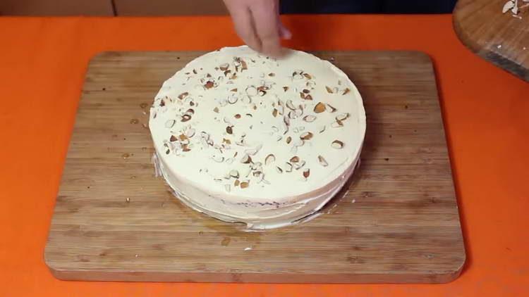 посыпаем торт орехами